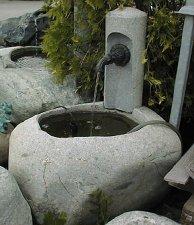 Brunnen mit Säule Stein Naturstein Gartenbrunnen Steinmetz Vorarlberg